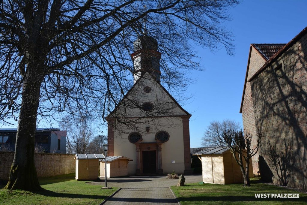 Zuweg zur katholischen Kirche in Trippstadt.