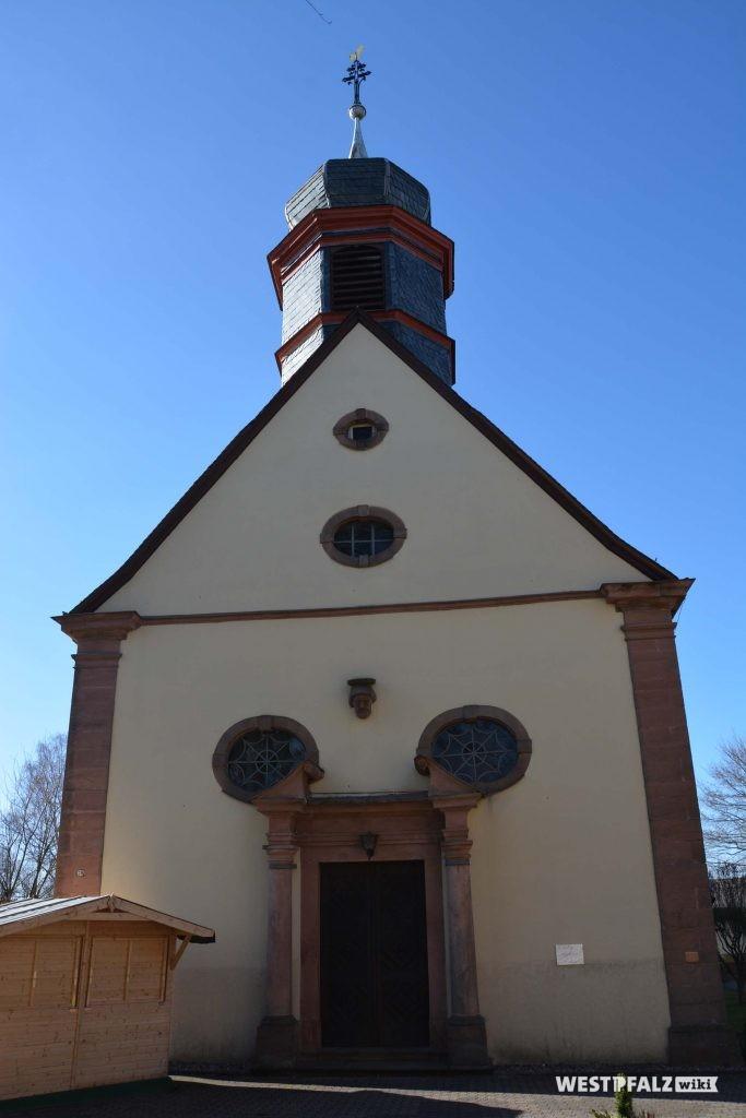Südseite der katholischen Kirche in Trippstadt.