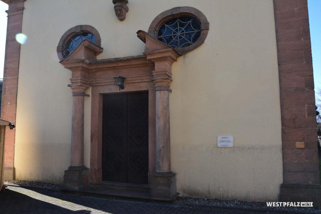Eingangsportal der katholischen Kirche in Trippstadt.