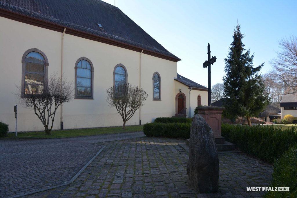Langhaus der katholischen Kirche in Trippstadt.