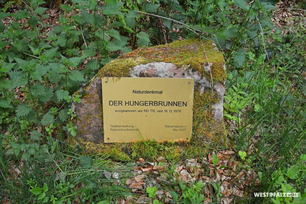 Gedenkstein mit Tafel zum Naturdemkmal Hungerbrunnen