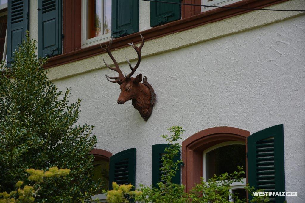 Plastische Figur eines Hirschkopfes an der Südwand des Forstamtsgebäudes im Stiftswald