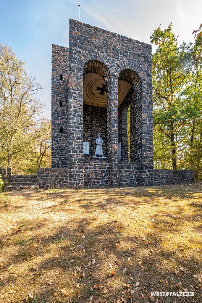Südansicht des Kriegerdenkmals bei Winnweiler