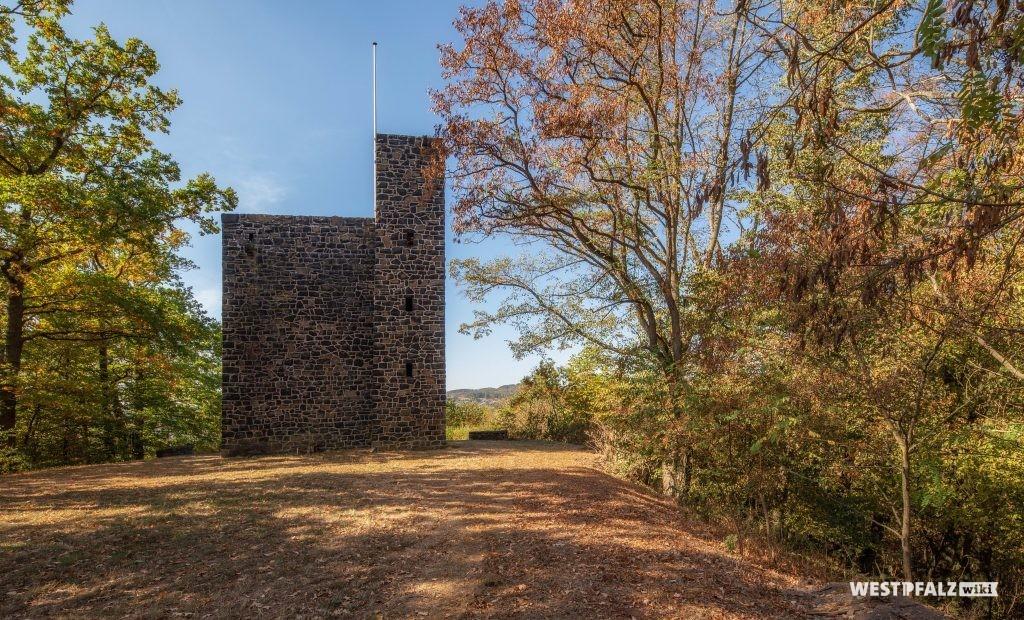 Ansicht des Kriegerdenkmals von Norden. An der rechten Ecke des Denkmals schließt ein quadratischer Treppenturm an