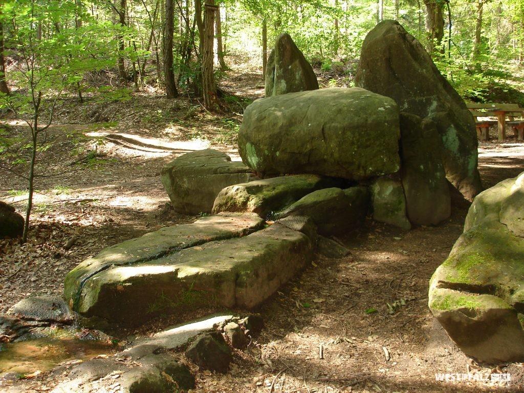 Teil des Pfaffenbrunnens mit Quellsprung und aufgestellten Steinen
