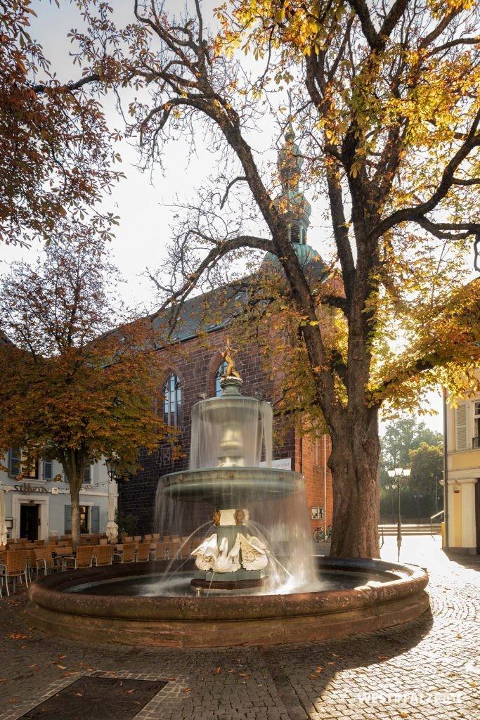 St.-Martinsplatz mit Martinsbrunnen vor der Kirche