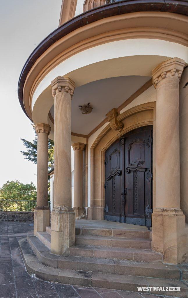 Eingangsportal der katholischen Kirche