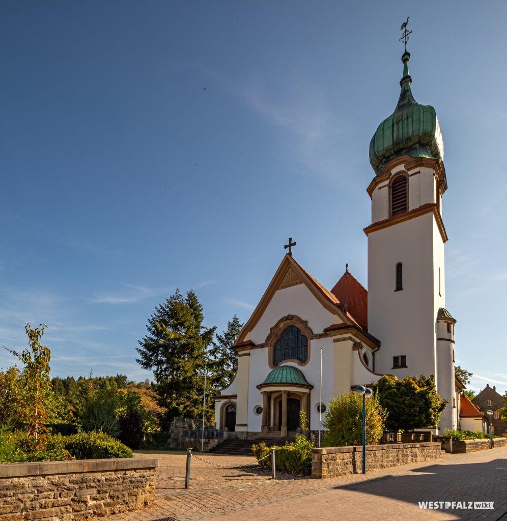 Blick auf die Westseite und den Kirchturm