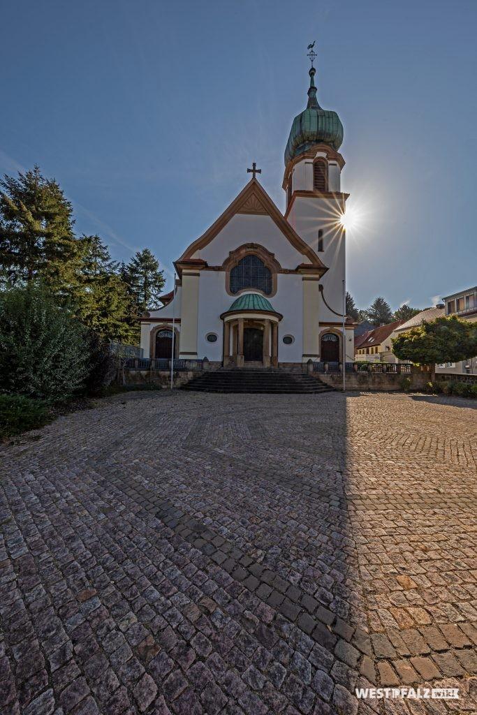 Blick auf die dreischiffige katholische Kirche