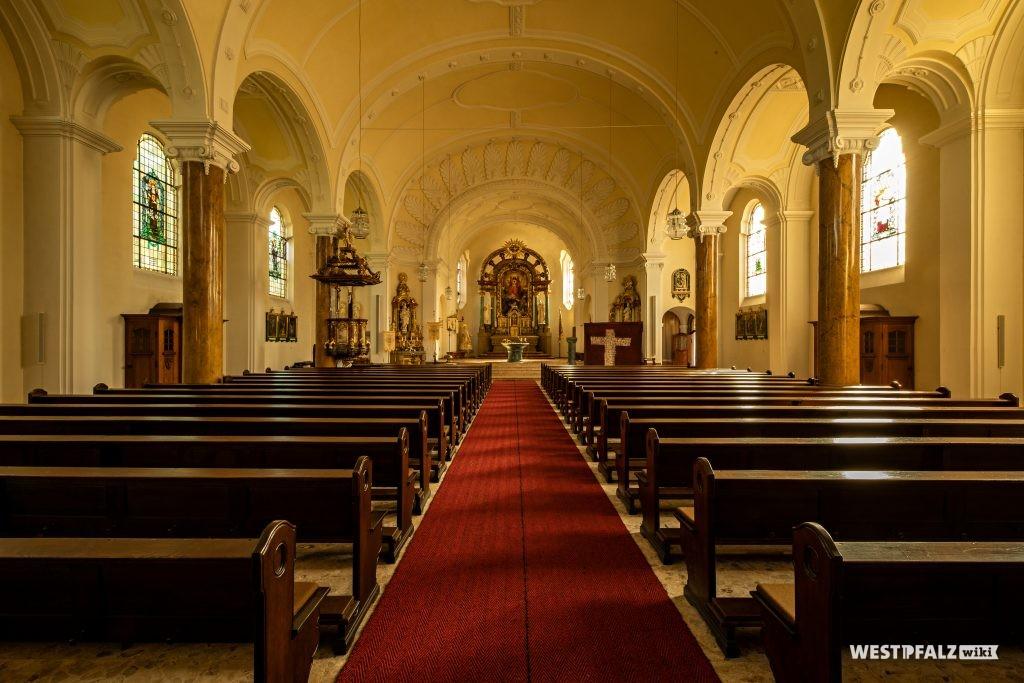Blick in das Langhaus und den Chor mit dem reichverzierten Hochaltar