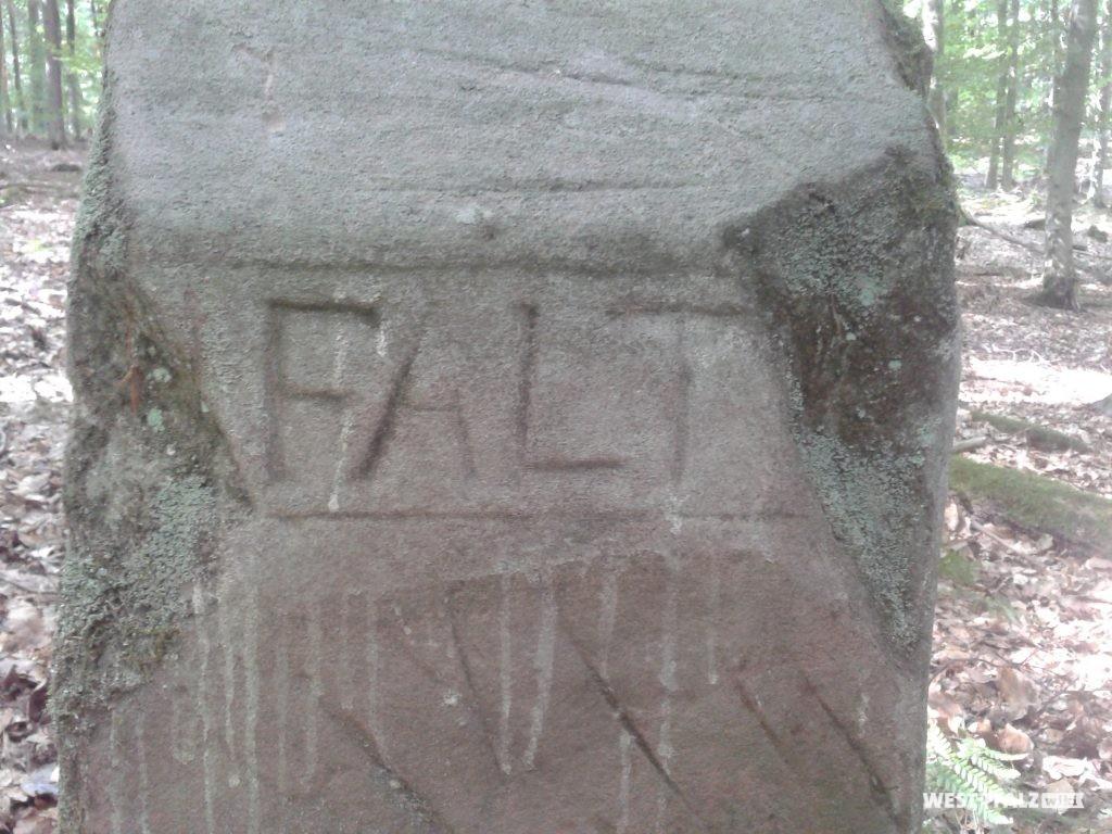 """PFALTZ, nur noch Teile des Schriftzuges erkennbar: """"FALT"""". Auf dem Dach entfernt der Schriftzug NASSAW"""