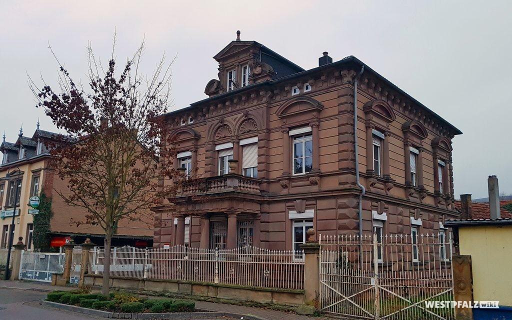 Straßenansicht der Villa in der Bahnhofstraße 14 in Alsenz