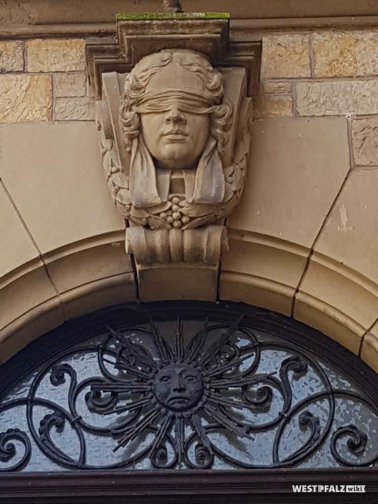 Figur der Justitia über der Eingangstür des ehemaligen Amtsgerichts in Obermoschel