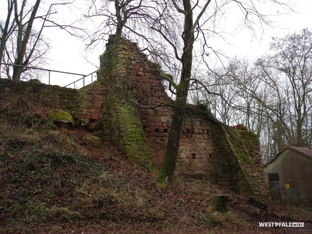 Mauerreste der Burgruine Stauf