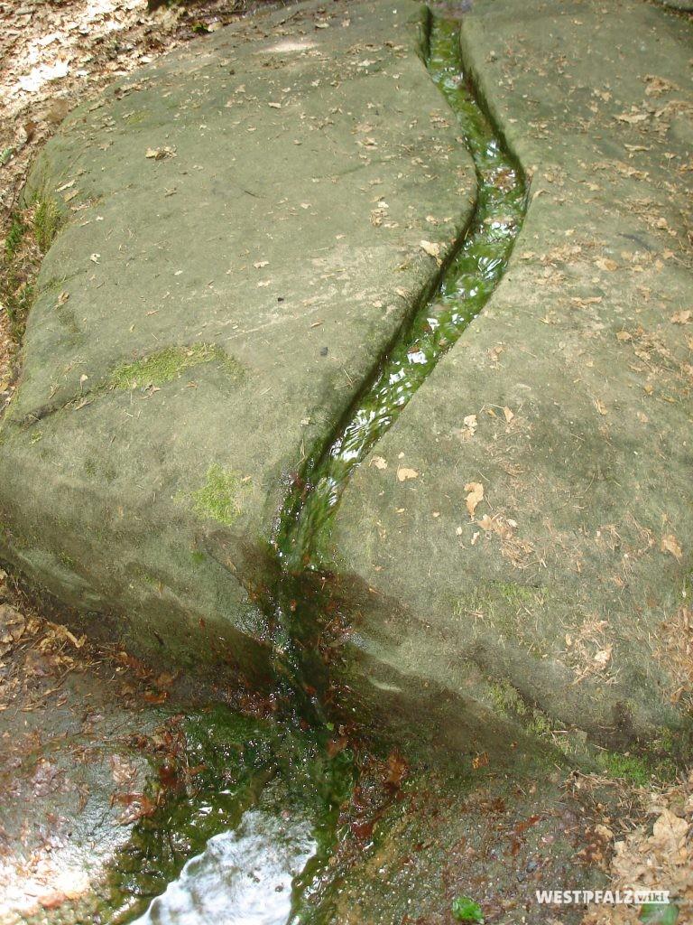 Steinplatte der Kaskade mit in den Stein gemeißelter Wasserrinne