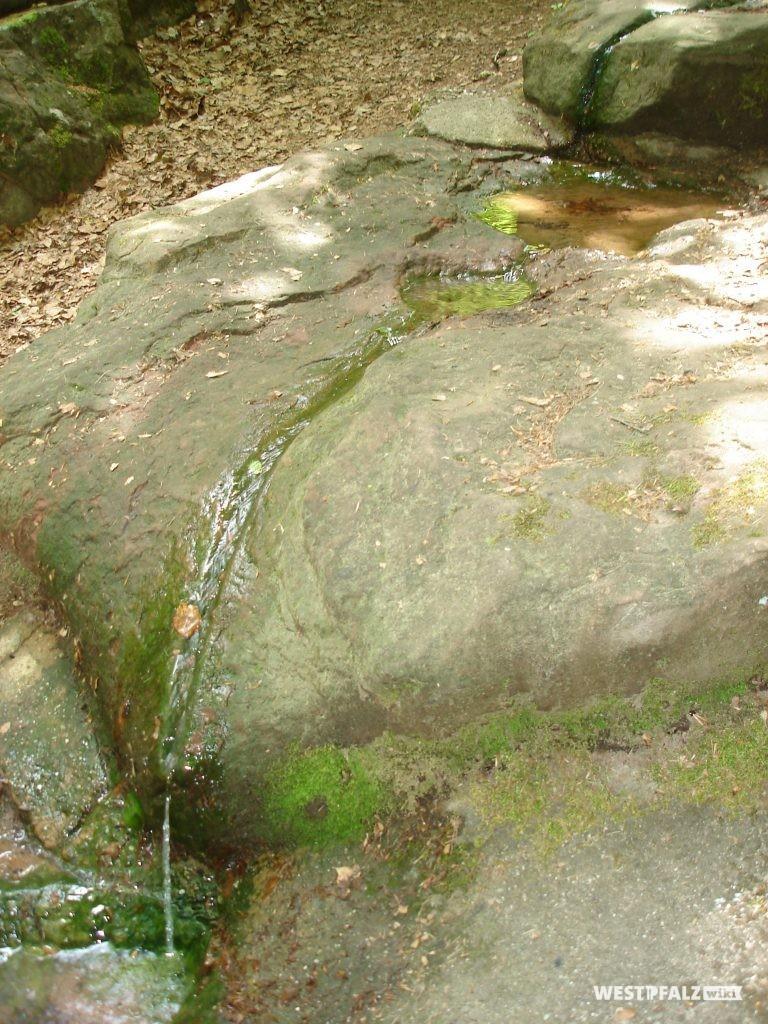 Eine der obersten Steinplatten der Kaskade mit in den Stein gemeißelter Wasserrinne