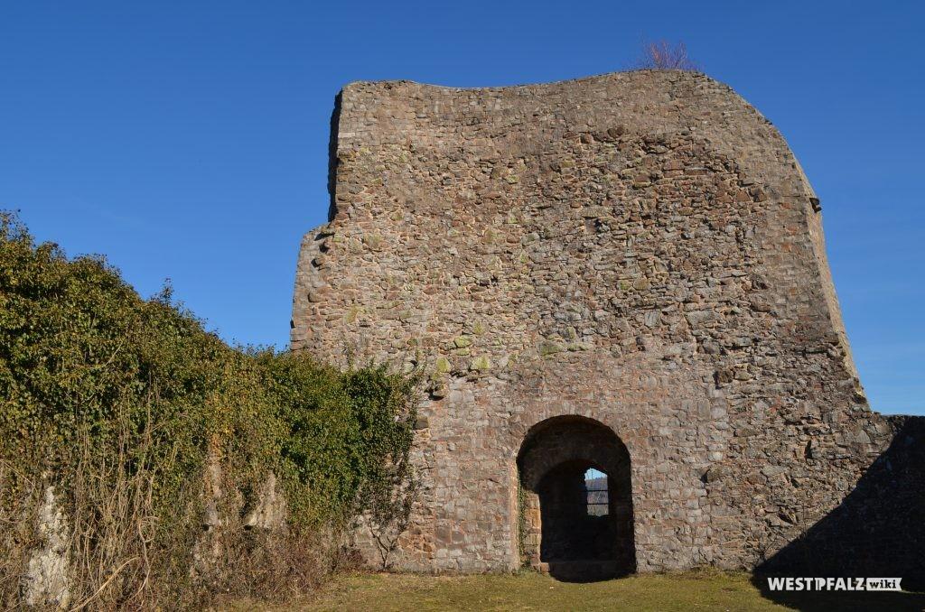 Blick in Richtung Osten auf die Reste der Bruchsteinschildmauer der Michelsburg