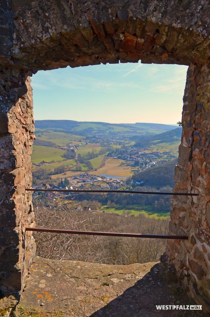 Blick aus einer der Fensteröffnungen der Michelsburg