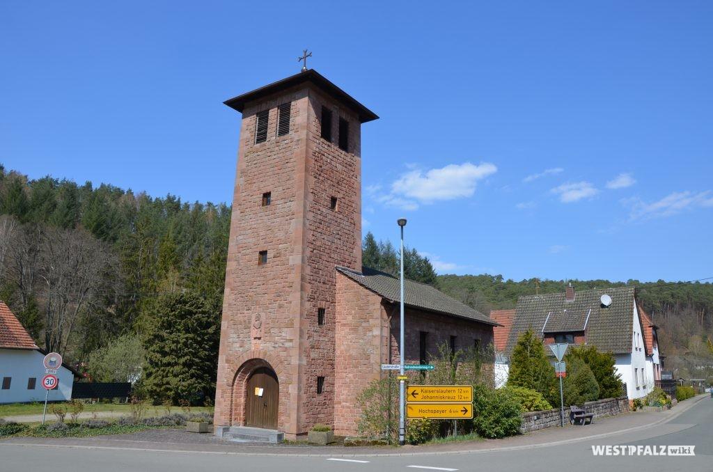 Blick von Süden auf die katholische Kirche in Waldleiningen
