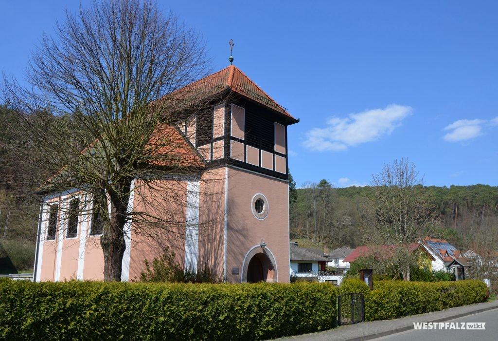 Blick von Süden auf die protestantische Kirche in Waldleiningen
