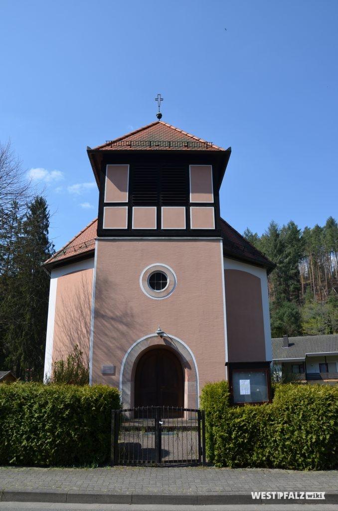 Kirchturm mit Hauptportal der protestantischen Kirche in Waldleiningen