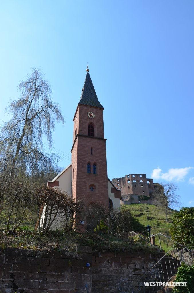 Ostseite der protestantischen Kirche in Frankenstein mit Blick auf den Kirchturm. Im Hintergrund ist die Burg Frankenstein zu sehen