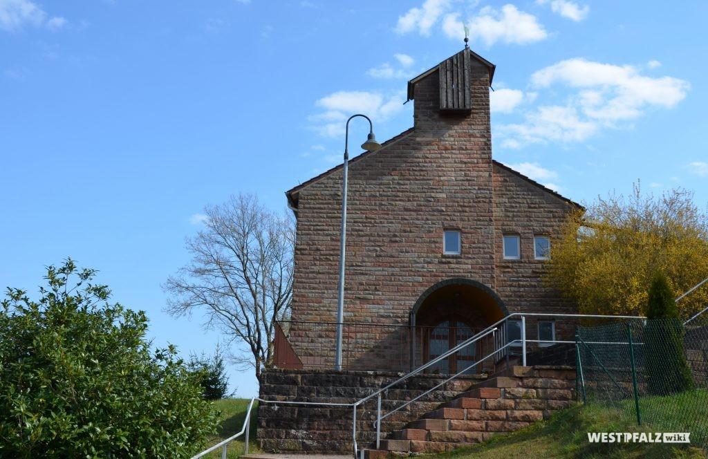 Hauptportal der protestantischen Kirche in Krickenbach im Nordwesten