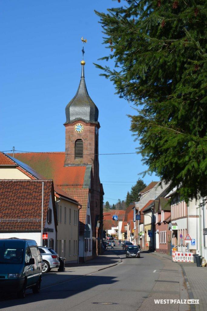 Die protestantische Kirche liegt im Ortskern direkt an der Hauptstraße.