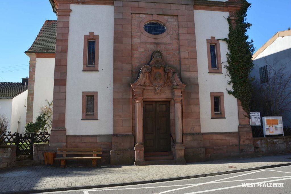 Blick auf das Eingangsportal der protestantischen Kirche in Trippstadt.