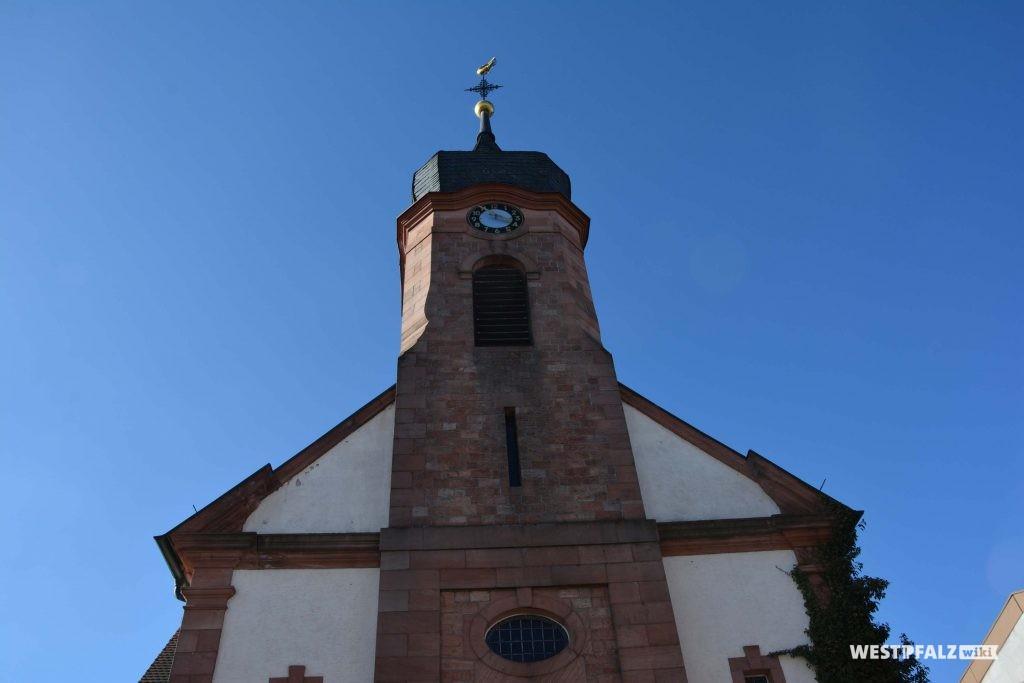 Der barocke Kirchturm mit  Zwiebelhaube.
