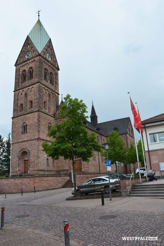 Blick von Nordosten auf den Kirchturm der katholischen Kirche in Ramstein
