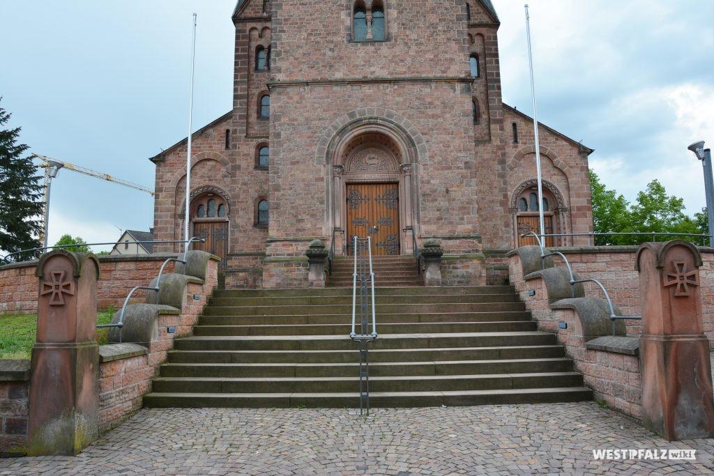 Aufgang zum östlichen Eingangsportal der katholischen Kirche in Ramstein