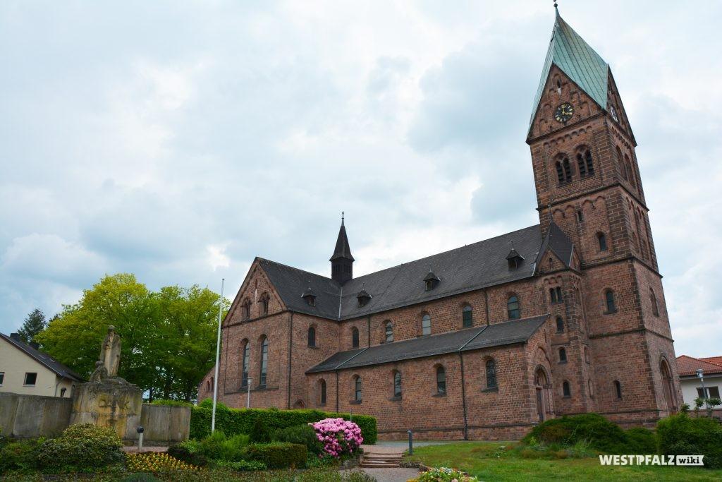 Kirchturm mit Langhaus der katholischen Kirche in Ramstein