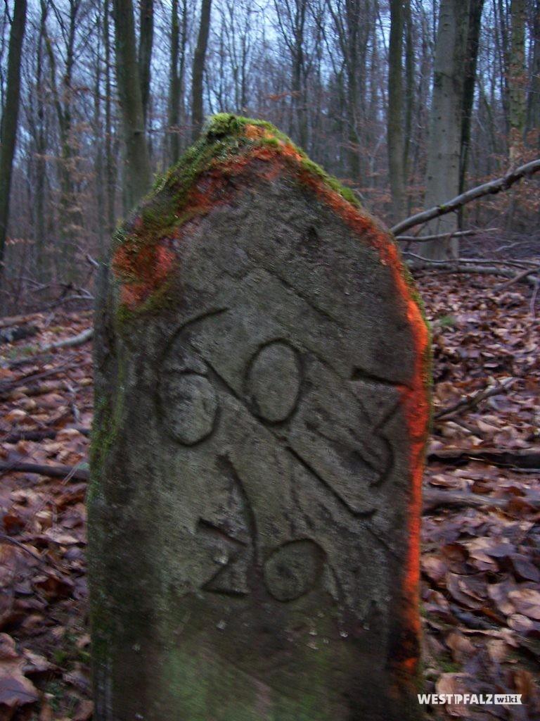 """Grenzstein 1603/20 zwischen dem Herzogtum Pfalz-Zweibrücken und der Herrschaft Saarbrücken Nassau. 1603 20 """"1603"""" ist die Jahreszahl """"20"""" Läufernummer. Die 1 ist abgeschlagen aber noch erkennbar."""