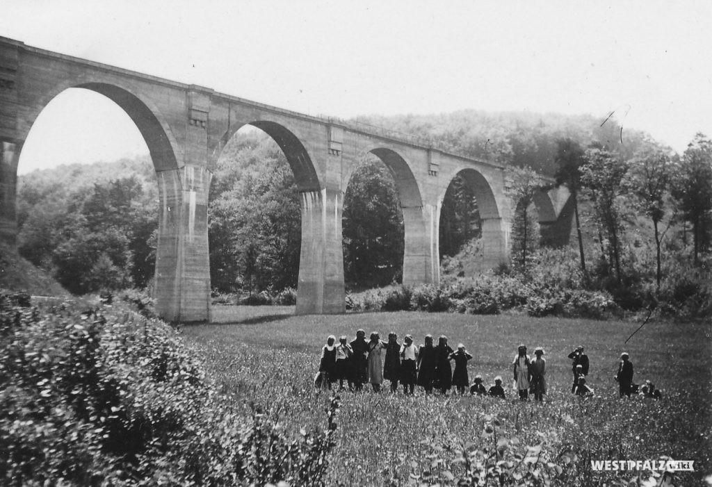 Alte Aufnahme der Bockbachtalbrücke. Vor der Brücke steht eine Menschengruppe