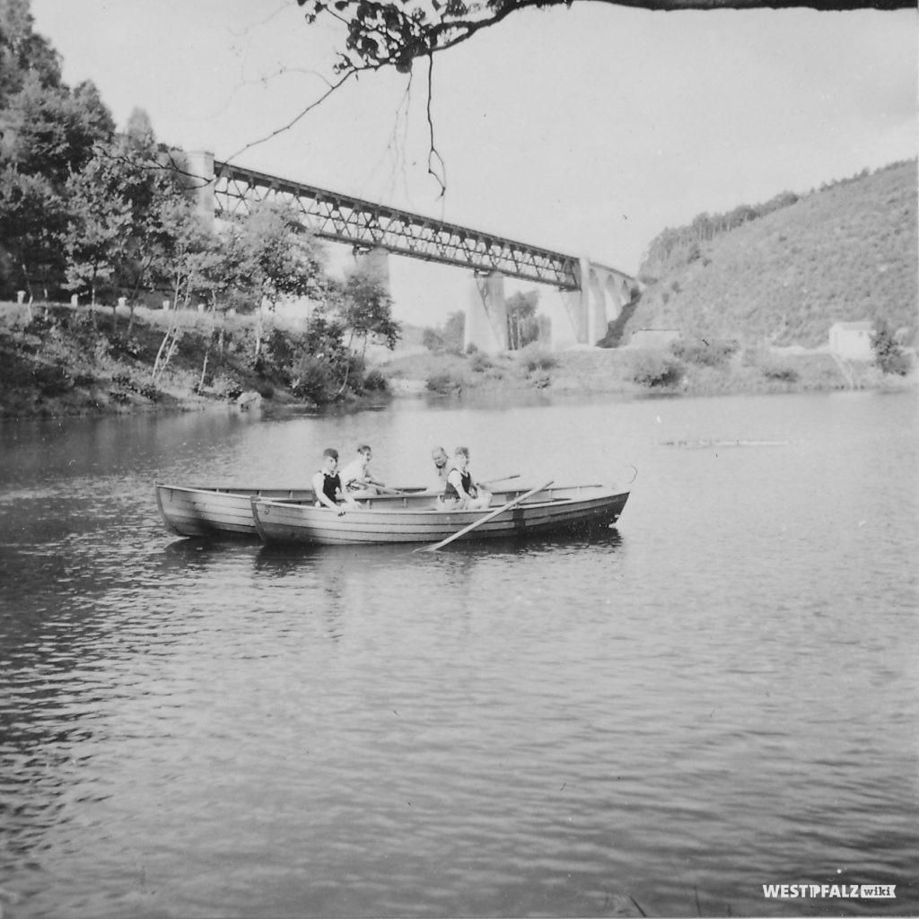 Alte Aufnahme des Eistalviadukts. Im Vordergrund sind zwei Ruderboote mit Kindern auf dem Eiswoog zu sehen