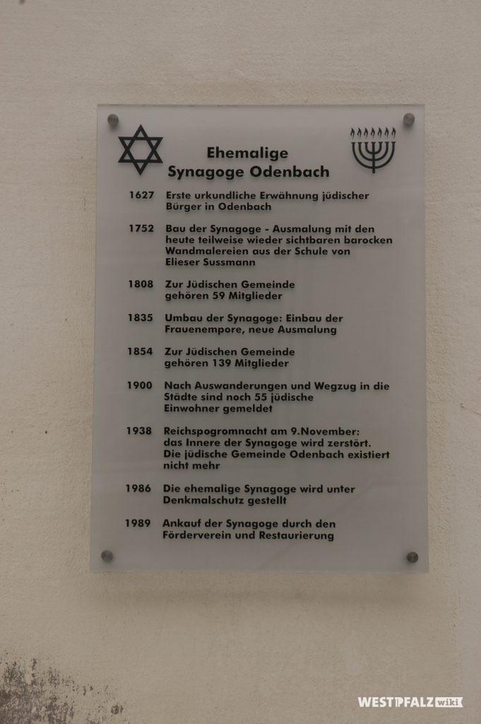 Informationstafel zur Geschichte an der Außenmauer der Synagoge