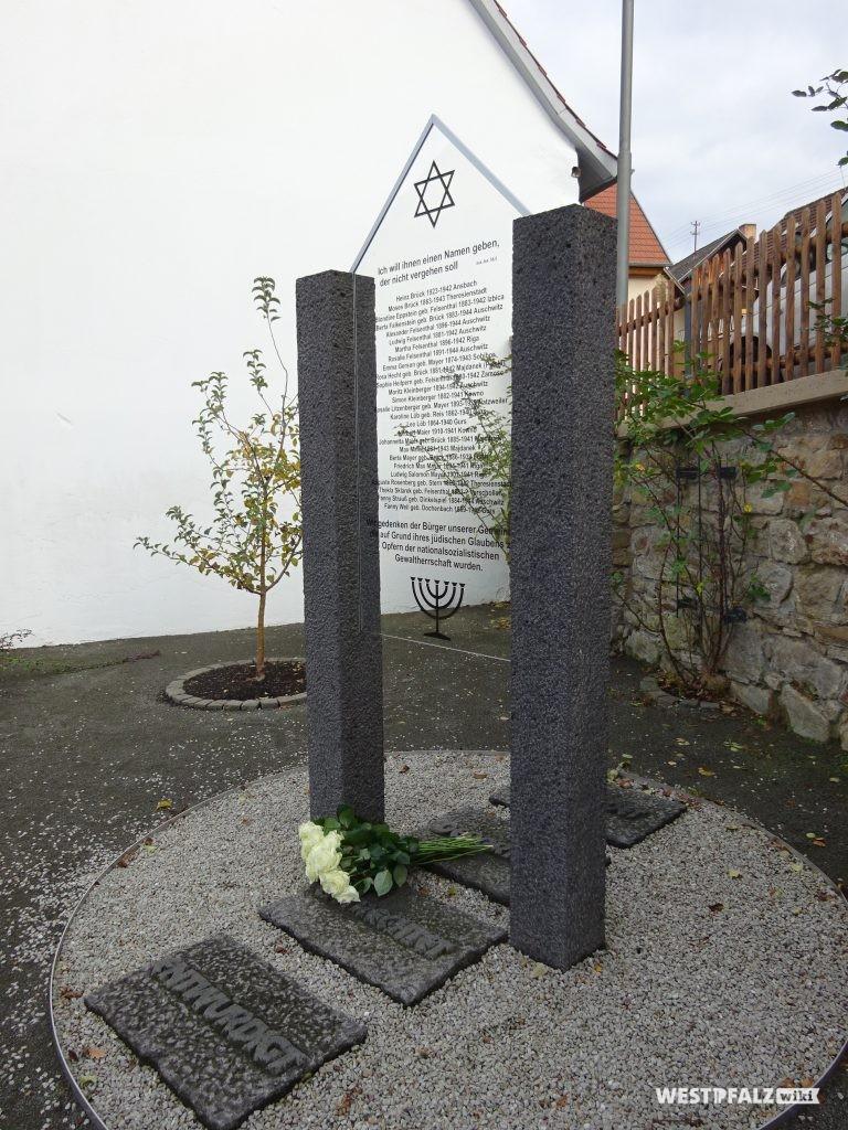 Holocaust-Gedenkstätte neben der Synagoge. Links daneben ein Apfelbaum