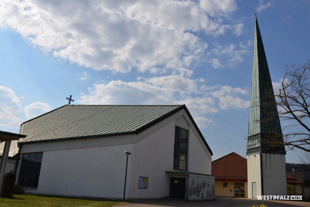 Blick auf die Ostseite der katholischen Kirche in Krickenbach