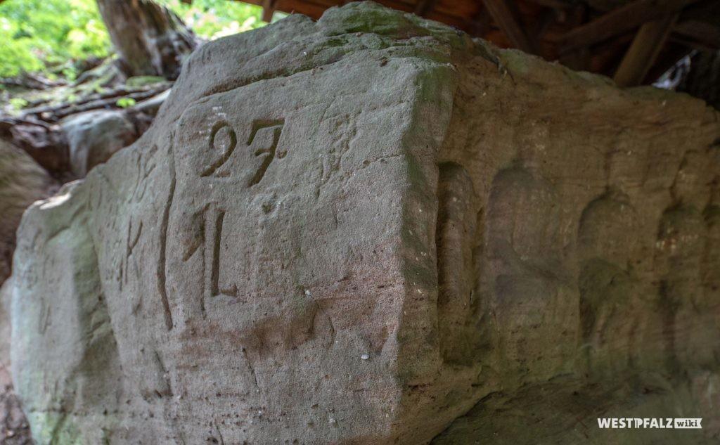 In den Stein gehauene Zahlen und Buchstaben
