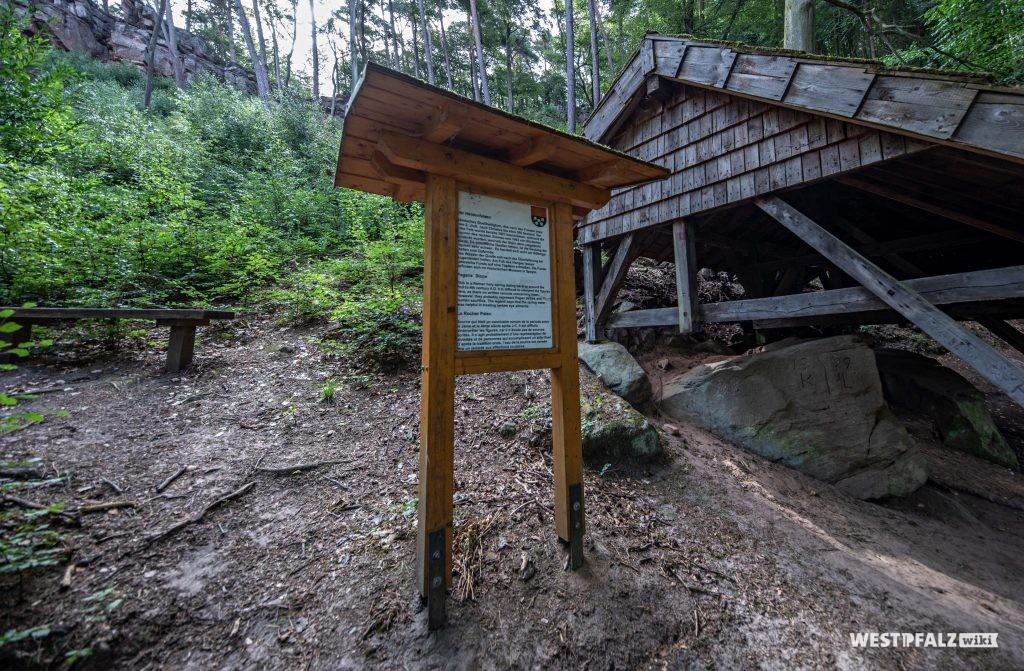 Informationstafel neben der Hütte über den Heidenfelsen