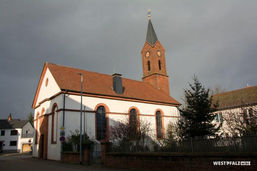 Blick von Südwesten auf die protestantische Kirche in Enkenbach