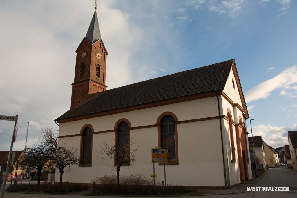 Blick von Nordwesten auf die protestantische Kirche in Enkenbach