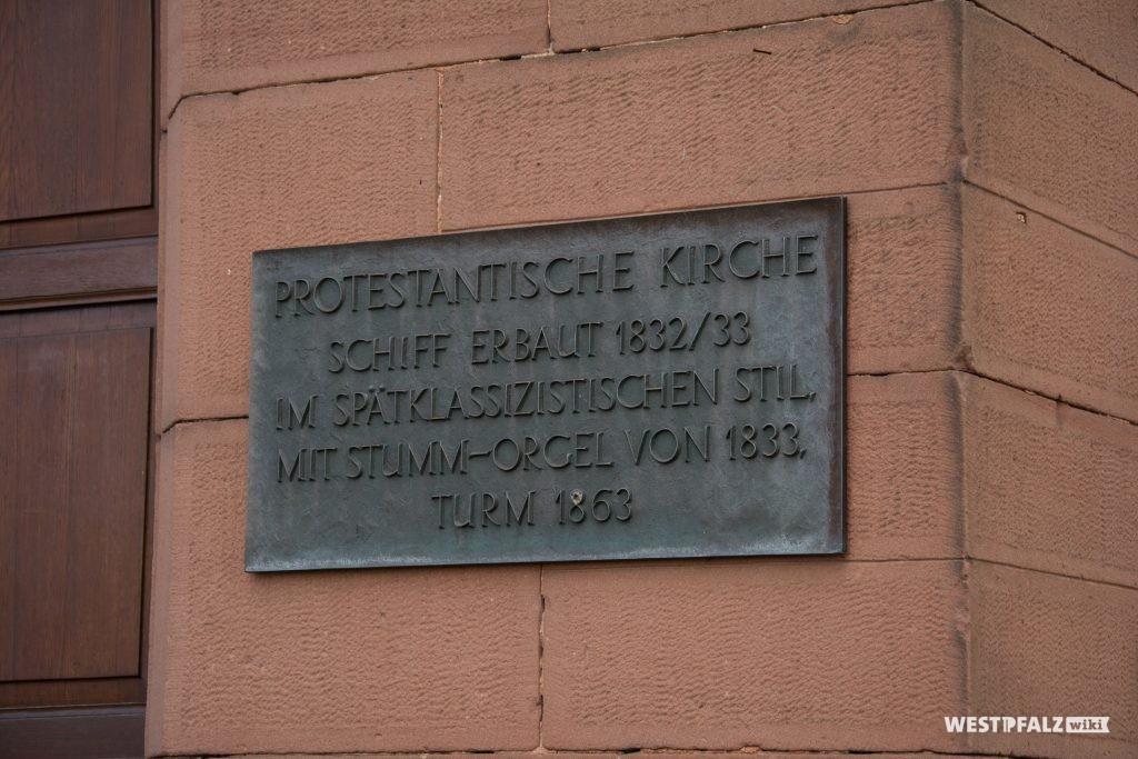 Tafel mit Inschrift am Hauptportal der protestantischen Kirche in Enkenbach