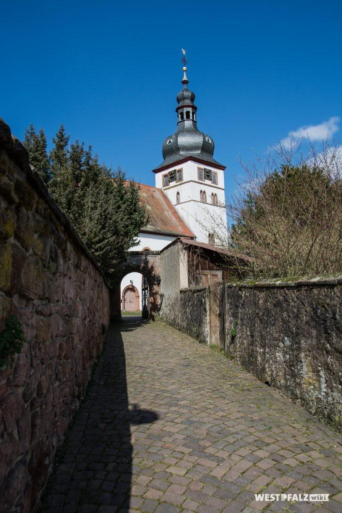Weg zur Eingangspforte der protestantischen Kirche in Alsenborn