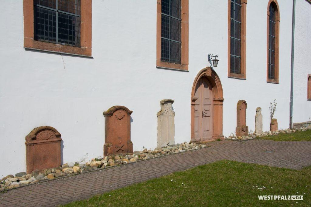 Aufgestellte Grabsteine auf der Südseite des Langhauses