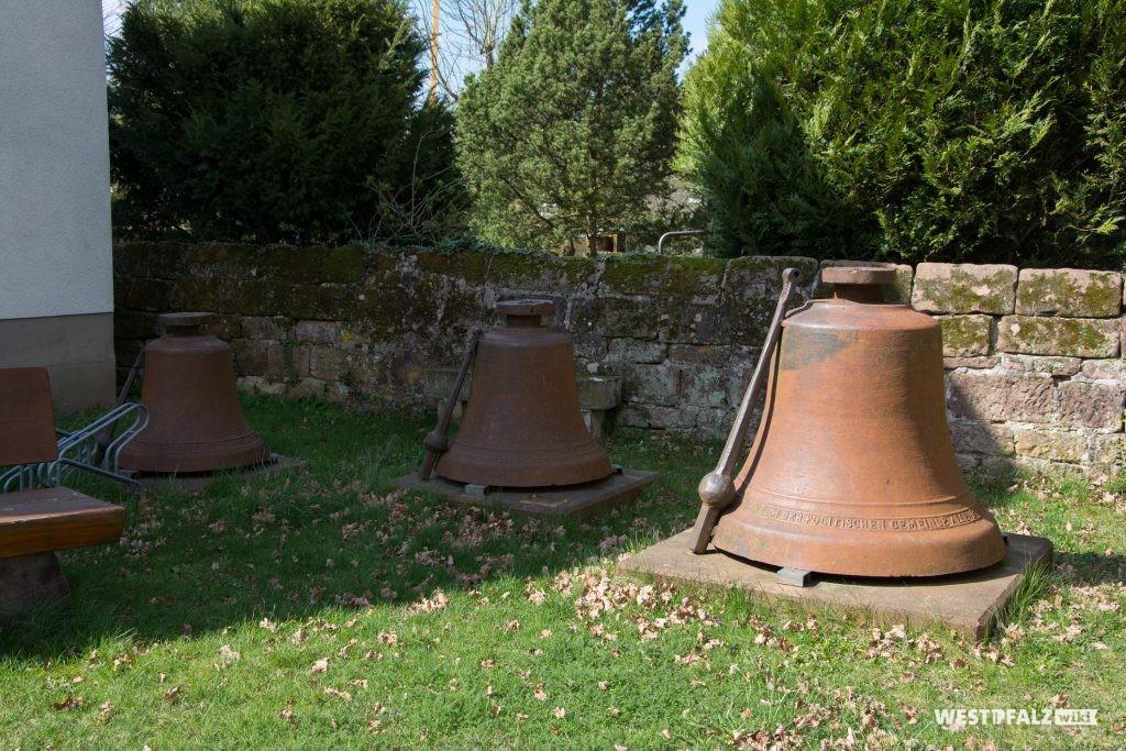 Alte Glocken auf dem Kirchengelände