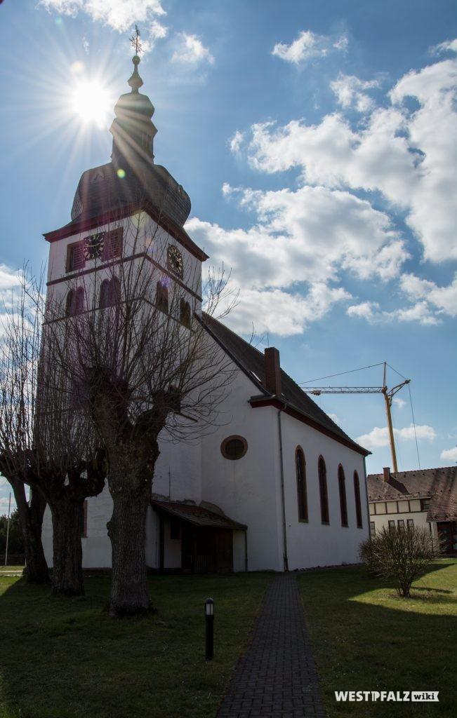 Kirchturm und Nordseite des Langhauses der protestantischen Kirche in Alsenborn