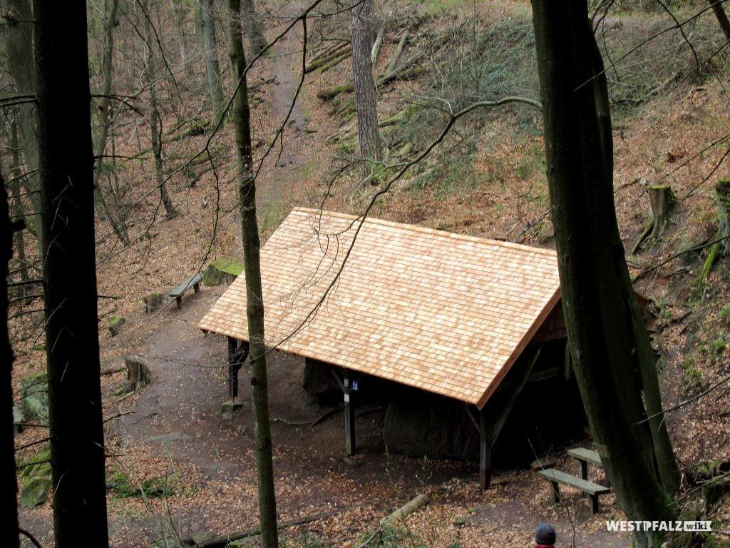 Die Hütte über den Heidenfelsen