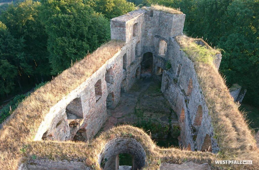 Palas in der Oberburg vom Bergfried. Im Vordergrund der Treppenturm